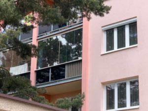 Instalace izolační a protisluneční fólie Llumar do oken v bytě panelového domu